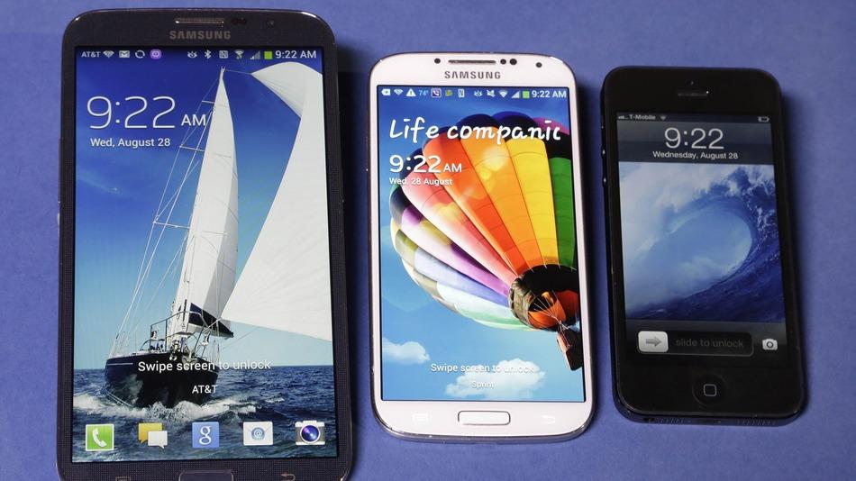 Galaxy mega a la izquierda, en el centro Galaxy S4 y a la derecha iphone 5