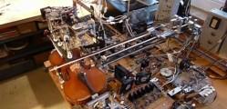 robot toca violin