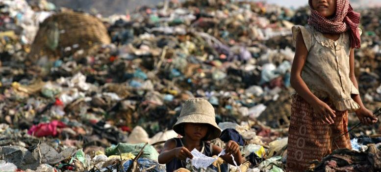 1513755372_asia_cambodia_phnom_penh_stung_meanchey_garbage_dump_landfill_waste_smoke_children_environment_child_labour_poverty_777x437