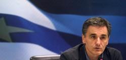 """BAP18. ATENAS (GRECIA), 06/07/2015.- El nuevo ministro griego de finanzas Euclides Tsakalotos habla hoy, lunes 6 de julio de 2015, durante la ceremonia de posesión en la sede del ministerio en Atenas (Grecia). El nuevo ministro de Finanzas griego, Euclides Tsakalotos, afirmó hoy que el Gobierno está dispuesto a reiniciar las negociaciones con los acreedores y expresó su voluntad de trabajar por las personas que peor lo están pasando. """"Nuestra intención es continuar la negociación para conseguir algo mejor para la gente que más ha sufrido, trabajamos para ellos"""", dijo Tsakalotos tras asumir el cargo en una rueda de prensa conjunta con su predecesor, Yanis Varufakis. El nuevo ministro de Finanzas destacó que no llega al cargo en un momento """"fácil"""" para el país, pero aseguró que trabajará por aquellos que """"perdieron sus trabajos, se vieron obligados a cerrar sus empresas o a emigrar"""". EFE/ALEXANDROS VLACHOS"""