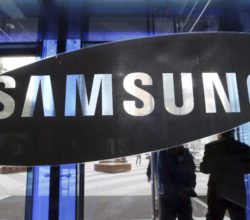 SEO11 SEÚL (COREA DEL SUR) 05/04/2013.- Vista de la entrada de las oficinas centrales del gigante surcoreano Samsung Electronics Co. en Seúl (Corea del Sur) hoy, viernes 5 de abril de 2013. Samsung Electronics, el mayor fabricante de smartphones, chips de memoria y televisores planos del mundo, estimó hoy que su beneficio operativo entre enero y marzo de este año será de unos 8,7 billones de wones (7.700 millones de dólares), lo que supondría un avance del 52,9 por ciento interanual. EFE/YNA PROHIBIDA SU PUBLICACIÓN EN COREA DEL SUR